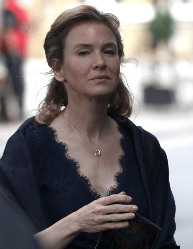 Renée Zellweger wore an open-heart necklace in all of the Bridget Jones movies.